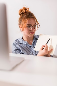 Profesora explicando la lección a los estudiantes durante una clase en línea