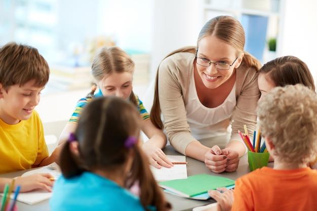 Profesora feliz escuchando a sus estudiantes