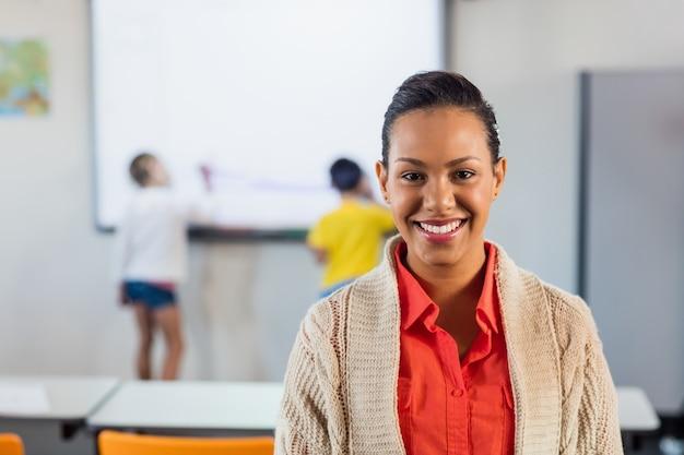Una profesora feliz posando para la cámara