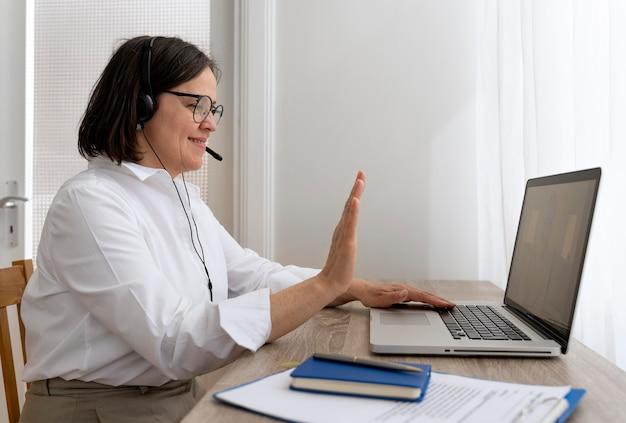 Profesora de inglés haciendo sus lecciones en línea