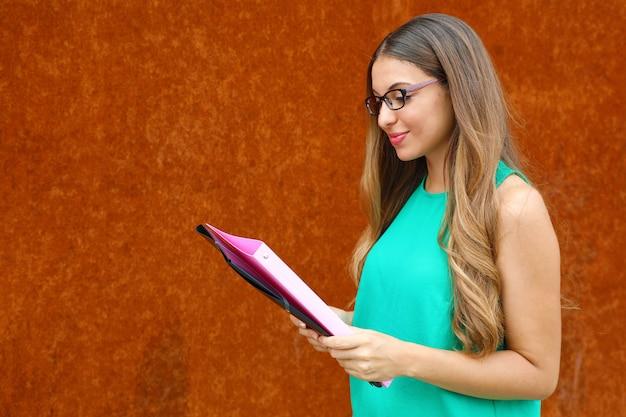 Profesora mujer o mujer de negocios leyendo documentos al aire libre con espacio de copia