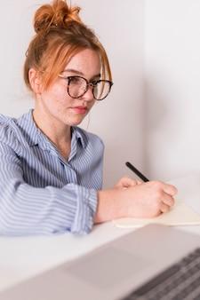 Profesora prestando atención a los estudiantes durante la clase en línea