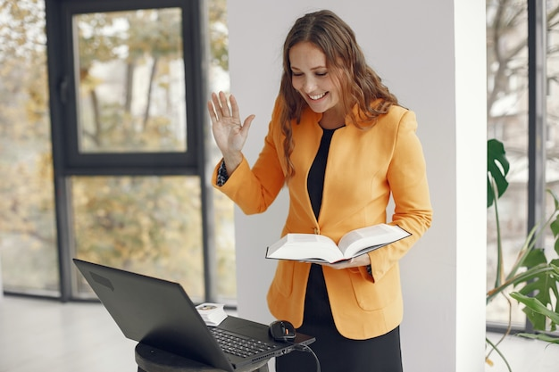 Profesora profesional mujer. tutor trabajando desde casa. lecciones online.