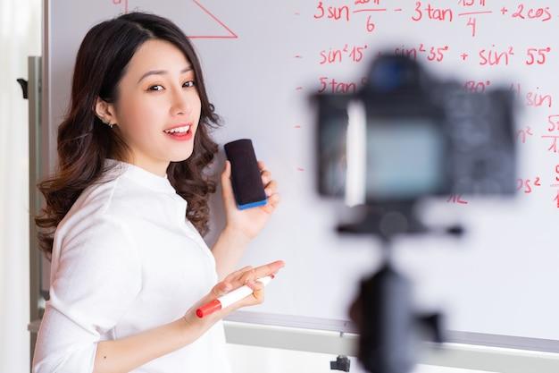 Profesoras asiáticas están grabando lecciones para el trabajo de enseñanza en línea