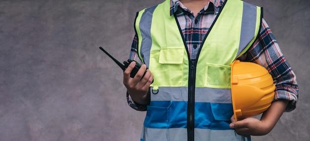 Professinal de trabajadores con casco y walkie talkie antes de que los ingenieros descansaran en el sitio después de su arduo trabajo trabajo en equipo ingeniero trabajar juntos en un edificio de construcción la seguridad primero Foto Premium