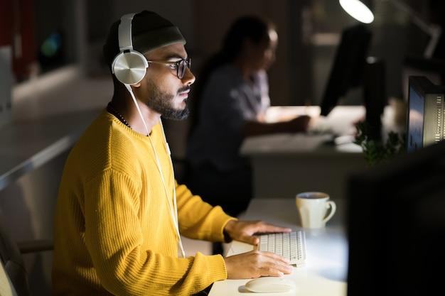 Programador de computadoras codificación en la noche