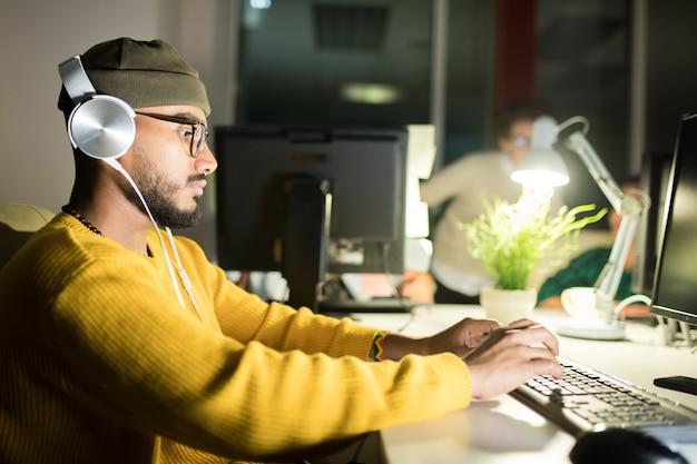 Programador de computadoras trabajando hasta tarde