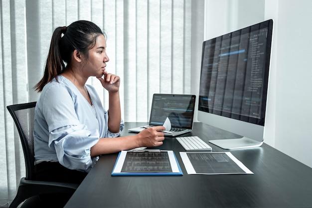 Programador desarrollador femenino trabajando en software de programa de codificación informática