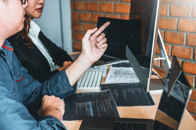 Programador en desarrollo desarrollo de equipos diseño de sitios web y tecnologías de codificación que trabajan en la oficina de la compañía de software