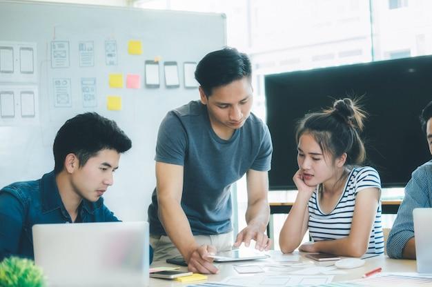 Programador y diseñador web desarrollando aplicación móvil.