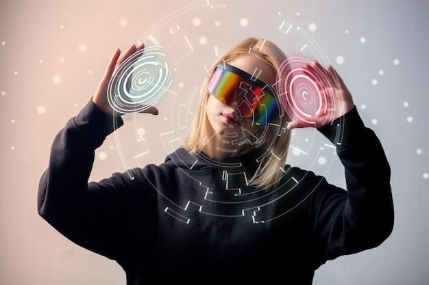 Programador femenino trabaja con datos personales en gafas virtuales