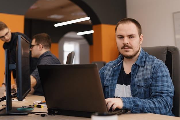 Programador trabajando en código de programación de pc de escritorio