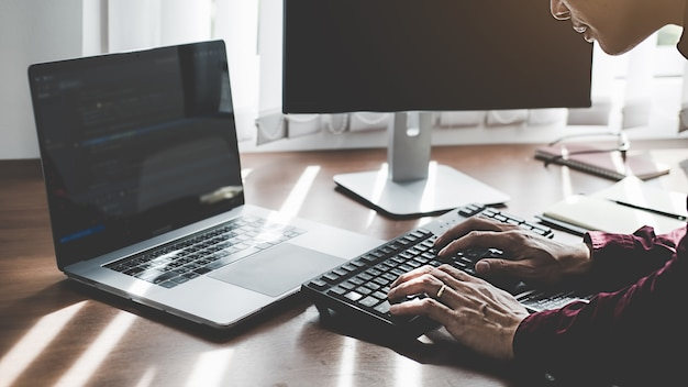 Programador trabajando en un desarrollo de software y tecnologías de codificación. diseño de páginas web. concepto de tecnología.