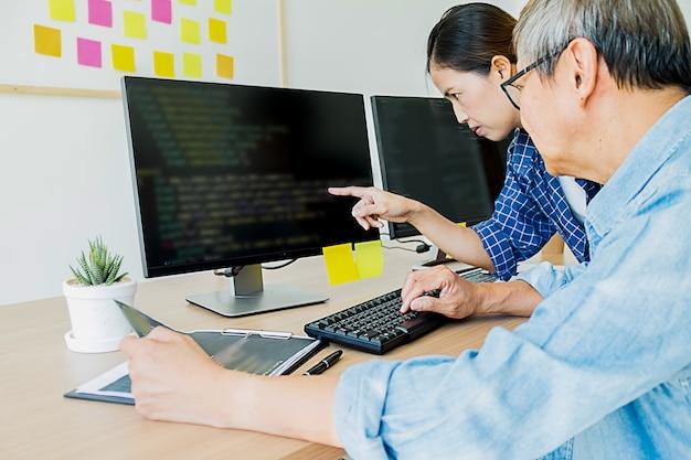 Programador trabajando en un desarrollo de software y tecnologías de codificación. diseño de sitio web. concepto de tecnología.