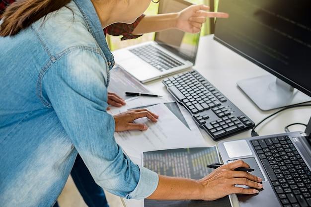 Programador trabajando en un desarrollo de software y tecnologías de codificación.