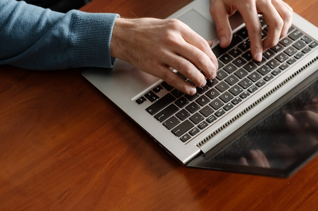 Programador en el trabajo. creando aplicaciones. hombre codificando en la computadora portátil. desarrollador de software. esfera de ti.