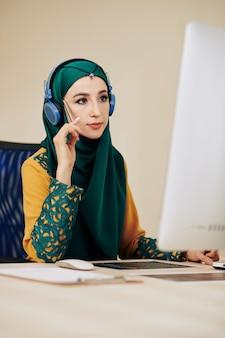 Programadora musulmana en el trabajo