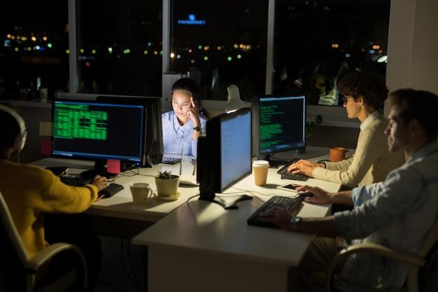 Programadores de computadoras que codifican en la noche