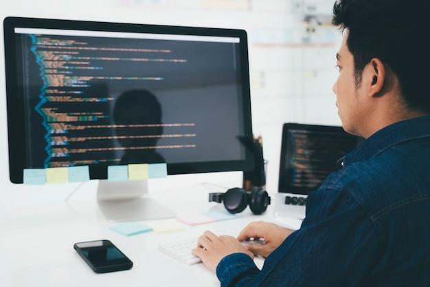 Programadores y equipos de desarrolladores están codificando y desarrollando software.