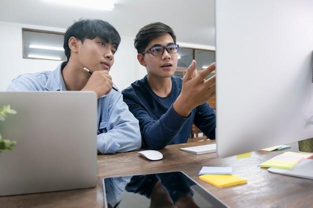 Los programadores y los equipos de desarrolladores están codificando y desarrollando software