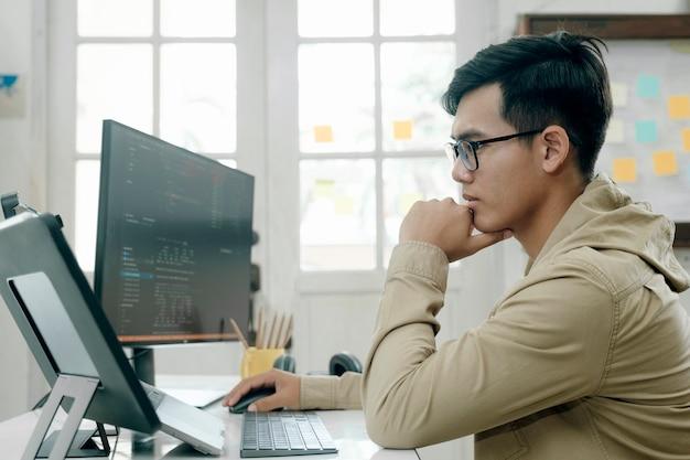 Los programadores y los equipos de desarrolladores están codificando y desarrollando software.