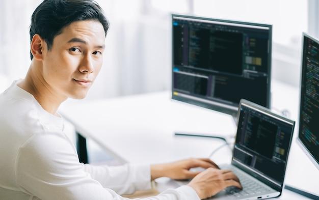 Programadores masculinos asiáticos están desarrollando software de seguridad para sistemas informáticos