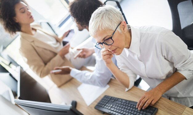 Programadores que trabajan en la oficina de una empresa de desarrollo de software