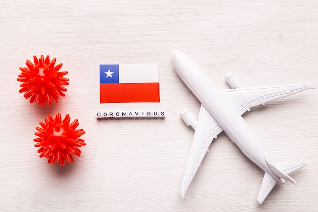 Prohibición de vuelos y cierre de fronteras para turistas y viajeros con coronavirus covid-19. avión y bandera de chile en un blanco
