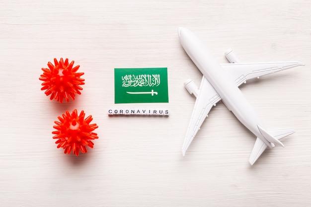 Prohibición de vuelos y fronteras cerradas para turistas y viajeros con coronavirus covid-19. avión y la bandera de arabia saudita sobre un fondo blanco. pandemia de coronavirus.