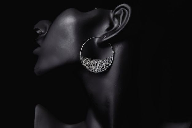 Promoción de joyería fina en los oídos de una mujer