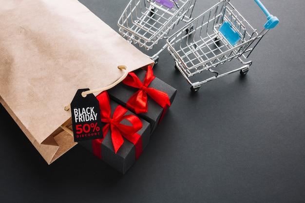 Promoción de viernes negro junto a carritos de compras