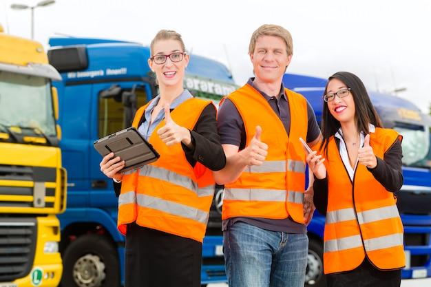 Promotor delante de camiones en un depósito