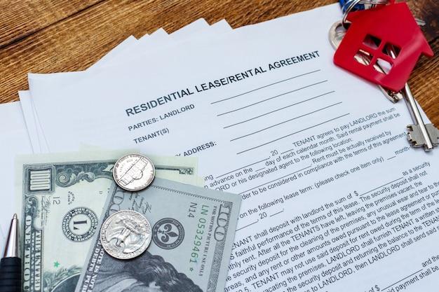 Propiedad, arrendamiento inmobiliario contrato de alquiler contrato bolígrafo dinero monedas llaves