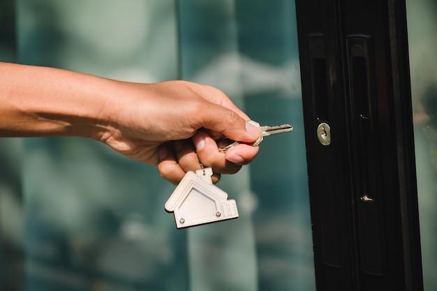 El propietario abre la llave de la casa para la nueva casa