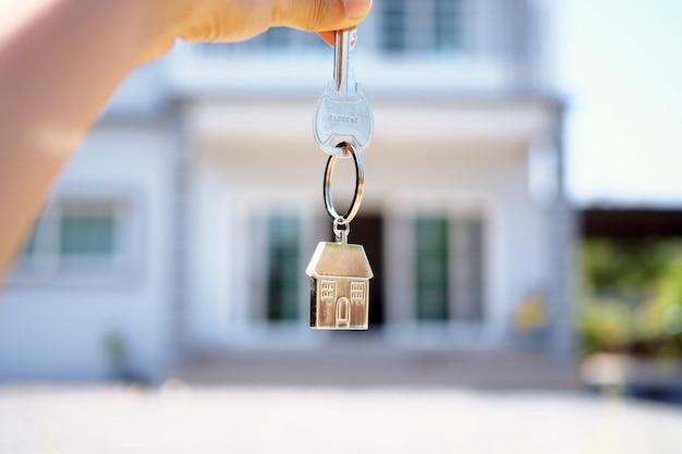 El propietario abre la llave de la casa para el nuevo hogar