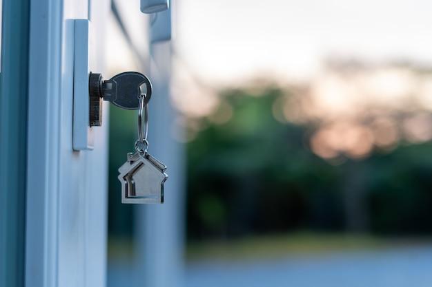 El propietario abrió la puerta con una llave pendiente. ideas de venta de vivienda, hipoteca de vivienda