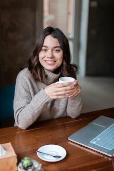 Propietario de cafetería sonriente trabajando