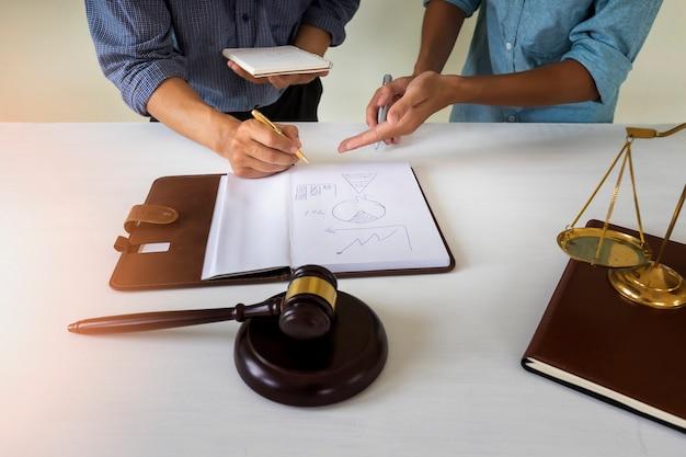 Propietario de la casa discutir con un abogado sobre la ley de vivienda