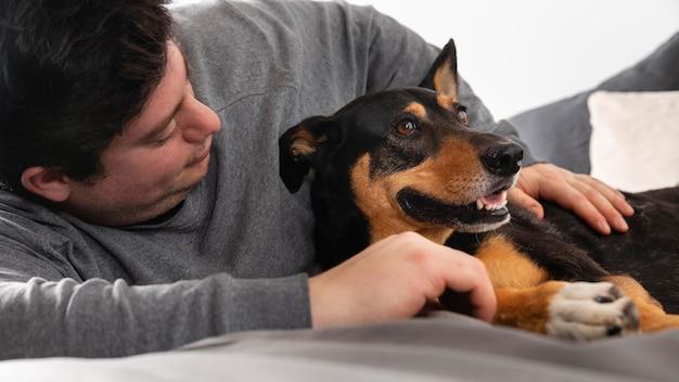 Propietario de cerca con perro adorable