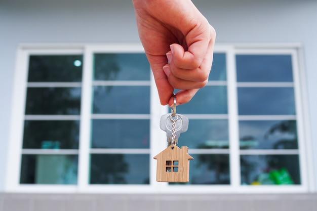El propietario desbloquea la llave de la casa para un nuevo hogar