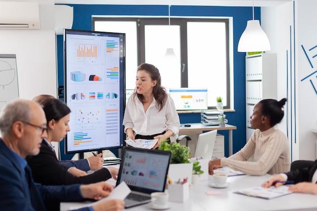 Propietario de una empresa de inicio loco nervioso gritando a diversos asociados o colegas en la sala de reuniones
