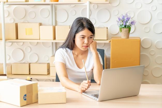 Propietario de negocio trabajando con tableta digital en el lugar de trabajo.
