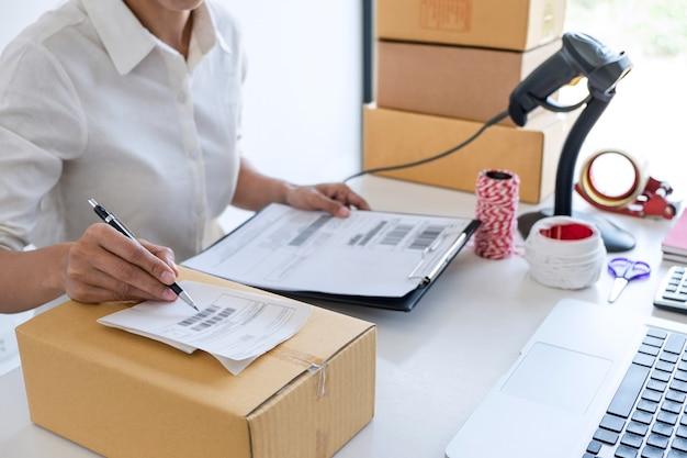 Propietario de negocios, servicio de entrega y caja de embalaje de trabajo, propietario de negocios trabajando con orden de control