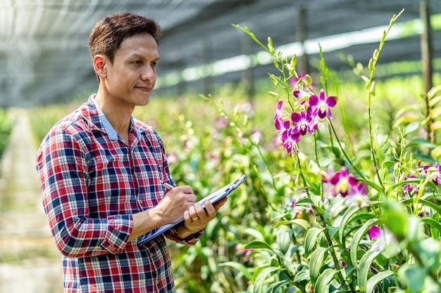 Propietario de pequeña empresa asiática de retrato de granja de jardinería de orquídeas