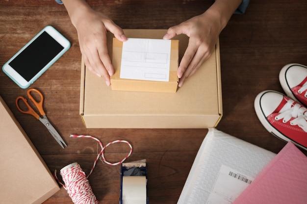 Propietario de una pequeña empresa en línea. joven emprendedor emprendedor en línea propietario de una pequeña empresa que trabaja en casa, embalaje y situación de entrega.