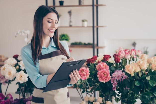 Propietario de una pequeña empresa posando en su florería