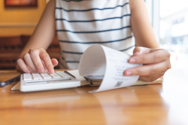 Propietario sentado en el cálculo anual de impuestos pulseras de facturación para reducir el impuesto.