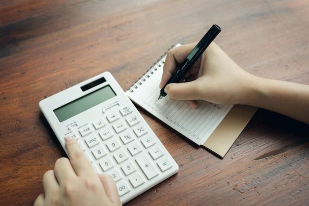 Propietario sentado en el cálculo del impuesto anual. pulseras del volumen de negocios para reducir el impuesto.