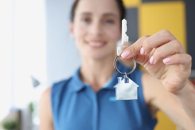 El propietario tiene la llave del apartamento en el nuevo edificio obteniendo un concepto de préstamo hipotecario