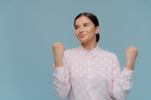 Próspera empresaria aprieta los puños con entusiasmo